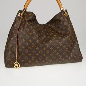 Sælger min artsy taske i MM størrelsen. Fået i gave i 2012. Kun tasken medfølger, alt andet er smidt ud. Spørgsmål vedrørende ægtehed besvares ikke. Den fejler ingenting, jeg har passet godt på den.