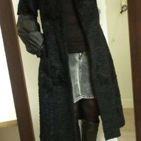 Opr. 8.000kr. Ligner persianer Smuk frakke af kombineret skind og pels. Normal pasform. Lukket med solide pelslukkehægter.  Mål: Længde midt bag 110 cm Barm 100 cm Talje 90 cm  100% røgfrit hjem uden dyr.