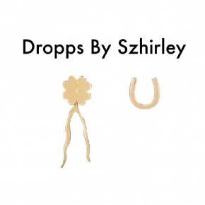 """Lucko'Clock.  """"Dette ørerings-lykkesæt designet af Szhirley består af en firkløver, en hestesko og et lykkeben som bagstykke til den, du selv synes.  Du kan bruge dem ved siden af hinanden eller sætte en i hvert øre. Lykkebenet bestemmer du selv, om du vil have på hver gang, eller om du vil ændre udtryk fra gang til gang.   Må lykken og heldet lede din vej  Materiale: 18 karat forgyldt Sterlingsølv 925S. Sælges som et sæt / par. Alle smykker er testet hos dansk ædelmetalkontrol og indeholder hverken nikkel eller bly.""""  Nypris: 359 kr.  Kommer i æske og samlet.  Fast pris på 125 kr. plus porto.  Betaling: MobilePay eller kontant.  Annoncen slettes når solgt, så ingen grund til at spørge om dette.  Useriøse henvendelser frabedes."""