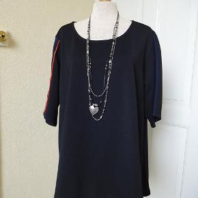Bluse sælges, den har kort ærme med blåt og rødt på. der står M i den. Brystmål: 63x2 Hofter: 66x2 Længde: fortil 70 bagpå 75 Materiale: 100 % polyester- Sælges for 100 kr + porto Se også mine andre annoncer i BIB.