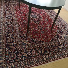 Stort flot ægte persisk tæppe sælges  💗💗💗 Hent det på min adresse efter aftale 👈  Bemærk 👉 at jeg desværre ikke selv har  mulighed for at levere det ud 🌷🌷🌷  Måler 300x210 cm