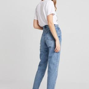 -Bukser / Jeans fra Weekday -Brugt enkelte gange -sidder rigtig pænt