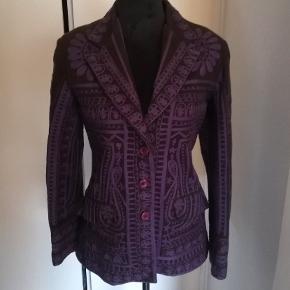 Skøn vintage jakke med uld, fra Laltramoda, flot italiensk design. Jakken er i god stand, etiketten er dog faldet ned.