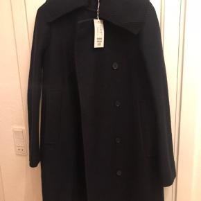 Sælger denne vinterjakke fra COS, da jeg desværre ikke har fået den brugt. Købt sidste år. Nypris 1950.
