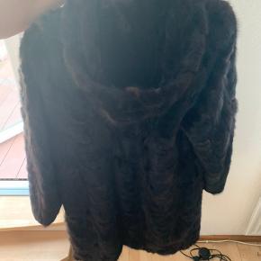 Lækker pels jakke, str. svarer til en S/M, så hvis du er på udkig efter en lækker vinterjakke, er det nu du skal gøre et kup😍. Pelsen er lavet af ko, og den kommer fra et røgfrit hjem.