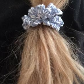 Hjemmehæklede Scrunchies med elastik. Laves gerne i flere farver! 2 for 25 flere på profilen og løbende - følg gerne