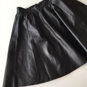 Varetype: Nederdel Farve: Sort Oprindelig købspris: 1200 kr.  Second Female nederdel, ubeskrivelig smuk og lækker nederdel i det blødeste læder. Brugt en enkelt gang. Bud modtages gerne, dog ser jeg mig retten til at takke nej, hvis det ikke er passende.