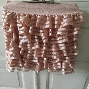Sjov nederdel med masser af flæser (farven er fersken/lyserød)