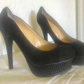 Guess black shoes with 12cm heels. Used 5 times good as new.👠❤️
