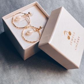 Smukke håndlavet øreringe 🌈   Med ægte ferskvandsperler eller klar krystal.   Sender gerne 💌 gratis fragt i efterårsferien.