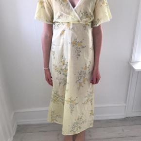 Smuk vintage kjole med det fineste blomster print. Kjolen passer 36-38.