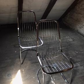 """Smukke frisvinger Cantilever stole i solid stål af Gastone Rinaldi. Let patina. Har selv købt dem fra luksus genbrugsbutikken """"PreLoved"""" i Valby.   En af """"stængerne"""" er knækket på den ene stol, men man kan sagtens sidde i den uden problemer (se sidste billede). Derudover er der stykker af gaffatape på foden, som har fungeret som møbelsko. Prisen på denne stol er derfor sat til 300kr.   Den anden stol fejler intet og koster derfor 450kr.   Køb begge for 650kr.  #designer #vintage #retro #trendsalesfund"""