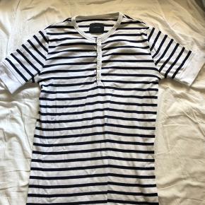 Flot sejlerstribet t-shirt med knapper, kun brugt få gange og i glimrende stand