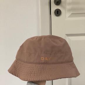 DAY ET hat & hue