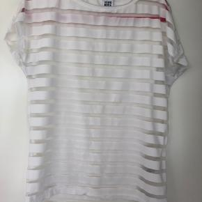 Fin transperant T-shirt. Er str. S, men er stor i str. - nærmere en stor M.
