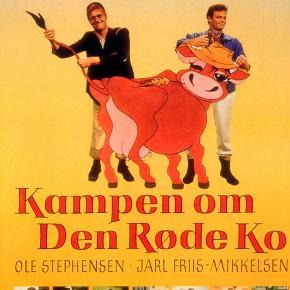 0157 - Kampen om Den Røde Ko (DVD)  Dansk Film - I FOLIE  Kampen om Den Røde Ko:  Det er de færreste køer, der kan spille på travbanen, men den sindige bonde Svend Åges ko, Rosa, kan. Rosa kan også vrinske, hvilket har en besynderlig indflydelse på, om staldkarlen Mortens hest vinder på travbanen. Hvis Mortens hest vinder, kan den onde sagfører og hans bondehær ikke snuppe godset fra godsejeren. Og så bliver malkepigen Nicolette glad og vil giftes med Svend Åge, og kropigen Irma bliver også glad og vil giftes med Morten. Men der kunne jo også ske det, at den vrinskende ko blev stjålet...       Man tager hele scenariet fra en ægte Morten Korch-idyl, tilsætter både Poul Bundgaard, Axel Strøbye og Hanne Borchsenius for autencitetens skyld og hælder lige dele kærlige referencer og crazy-comedy i posen. Man blender indholdet, tilsætter lidt ildelugtende, godmodige landmænd og ondskabsfulde og pengestærke byboere og står til sidst med en vanvittig komedie, krydret med psykopatisk absurde indslag, lige efter makkerparret Jarl Friis-Mikkelsen og Ole Stephensens opskrift. Efter succesen med  Op på fars hat  er  Kampen om Den Røde Ko  en lattervækkende kaloriebombe!  Tekst fra pressemateriale