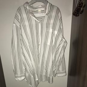Skjorte fra h&m. Den er lidt see trough. Meget flot til om sommeren. Kan passes af både s og M
