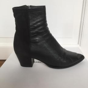Virkelig flotte støvler i et velour/læder miks fra Isabel Marant, købt i Paris i 2016. Jeg har fået dem forsålet og de er i overordnet god stand, dog med brugsspor. Hælehøjden er 6cm.  Byd gerne, bytter ikke :)