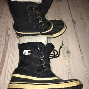 Varetype: Støvler Farve: Sort Oprindelig købspris: 900 kr.  De klassiske sorel støvler. BYD:-)