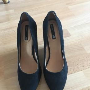 Helt nye lækre sorte kilæhel sko i ruskind.