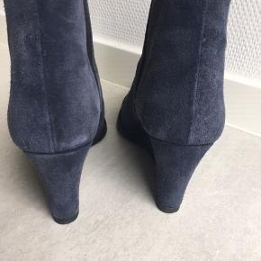 Fed blå støvle med kilehæl. Brugt med stadig i ok stand syntes jeg Kom evt. med et bud ;)