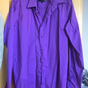 Varetype: Langærmet Farve: Lilla  Skjorte i super flot lilla farve i str M , den er brugt et par gange men stadig super flot i farven pris 100 kr , sender gerne men køber betaler portoen som er ca 39kr og sender med dao eller gls