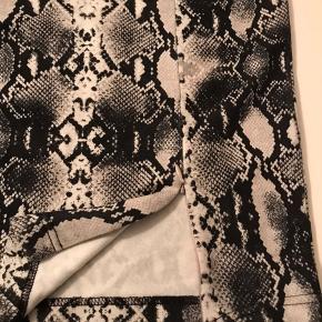 Lækker elastisk nederdel , går til knæene med lynlås ved slids , snakeprint