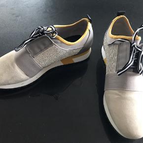 Skoene er brugt en enkelt gang og fremstår derfor som nye med alle simili sten.