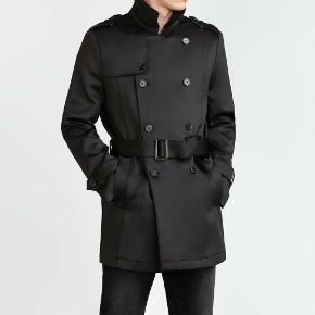 Mørkeblå/sort trenchcoat i neopren-materiale fra Zara Man. Str. M. Brugt få gange og næsten som ny