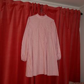 Smukkeste lyserøde/rosa kjole fra Ganni, med blomsterprint.