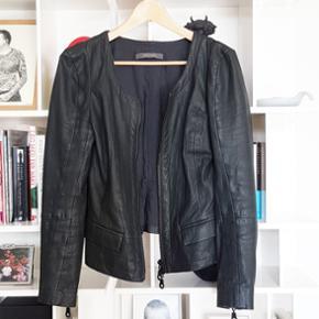 Lækker blød læderjakke i sort læder. Str 34. Passer også en str 36.