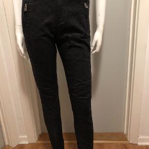 Varetype: Alex long rise & cropped fit Størrelse: 26 Farve: Sort Oprindelig købspris: 1299 kr.  Lækre jeans med snake. Brugt to gange.