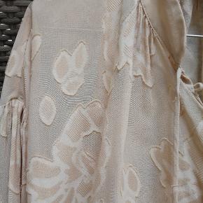 Så flot en bluse i rigtig god kvalitet, oversize og fine detaljer. Brugt få gange og er stadig i butikkerne. Ny pris 1000. Størrelsen er xs, men small og ihvertfald også medium kan bruge den.