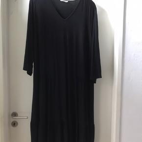 Lækker Jersey kjole med 3/4 ærmer og flæser forneden .  L ( 50-52 )
