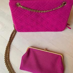 Varetype: HåndtaskeStørrelse: Medium/stor Farve: Pink Oprindelig købspris: 13000 kr.  Pink Chanel taske med guld hardware og kæde i tweed quiltet stof. Aftagelig lille pung med kiss-lock lås. Flot stand.    Tasken har serienr., men da den er vintage medfølger dustbag og æske ikke. Vurderet af Etinceler Authentications, mail herfra medfølger.    Kan ses i Klampenborg. Bytter ikke.    Pris: 6.500 kr.