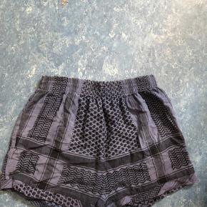 Fine shorts fra Cecilie Copenhagen i en onesize passes af s/m