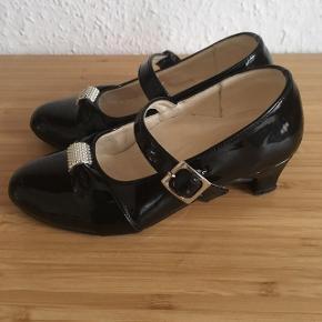 Højhælede sko brugt til Udklædning Str 24/25  -fast pris -køb 4 annoncer og den billigste er gratis - kan afhentes på Mimersgade 111 - sender gerne hvis du betaler Porto - mødes ikke andre steder  - bytter ikke