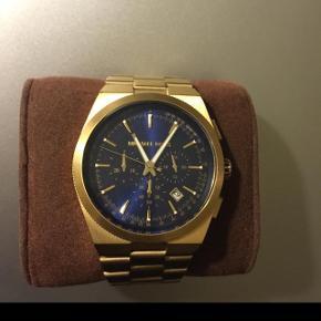 Lækkert Michael Kors ur, som jeg sælger for min kæreste. Sælges da han har fået et nyt i julegave.Kun brugt en gang.  Nypris: 2800 kr  Kun seriøse bud, tak. ☺️