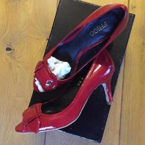 Varetype: Helt nye sko Farve: Rød Oprindelig købspris: 800 kr.  Helt nye sko, sælges for 200+.  Sender med DAO via mobilepay