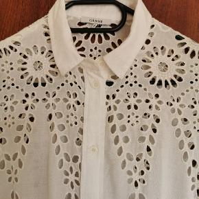 """Supersød skjortekjole fra Ganni. Brugt få gange. Mærkat er desværre klippet ud, men kan bruges af str S - """"lille"""" L. Blonderne er selvfølgelig intakte. 💕"""
