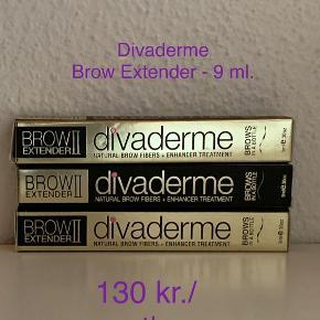 Divaderme Brow Extender 9 ml.   Er nye og uåbnet.   Normal pris: 259 kr.   Divaderme Brow Extender Chocolate Brown er et af de mest kendte og elskede produkter fra Divaderme, og det er der en rigtig god grund til. Dette produkt giver nemlig smukke og naturlige mørkebrun bryn øjeblikkeligt. Den indeholder hundredevis af små fibre, som giver mere fyldige bryn, og som dækker eventuelle ar eller huller i brynene, så de bliver mere ensartede. De små fibre er farvet med ler, så de passer præcis til dine bryn, og det er derfor nemt at skabe så naturlige bryn som muligt. De små fibre griber fat i dine egne brynhår, og kan derved nemt skabe mere fylde til brynene.