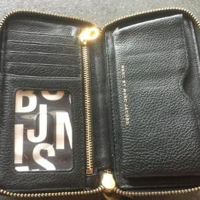 Varetype: Pung Størrelse: Medium Farve: Sort  Medium pung sælges, da jeg ikke får den brugt. Hardware har brugsridser. Har slv købt den fra en anden sælger på TS. Den er fra ikke-ryger hjem og ellers pæn og velholdt. Kom med realistisk bud.