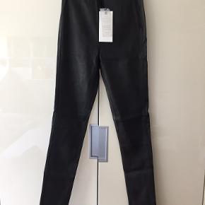 Læder stretch leggings fra Just Female i det lækreste bløde læder. Ny med skilt, aldrig prøvet på. 3000 kr fra ny.   Tags: læderbukser, helmut lang, nue notes,