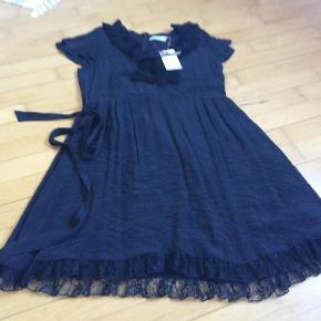 Varetype: Kjole NY Farve: Sort Oprindelig købspris: 600 kr.  Rigtig fin kjole.   Str 42  Butikspris 600  Sælges for 200 plus porto