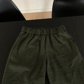 Armygrønne bukser fra H&M.  Byd