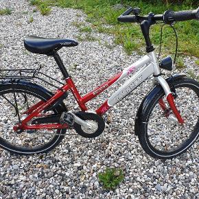 """Gør et godt køb af en flot og solid Taarnby cykel med 3 gear. 20"""". Kører rigtig godt. Meget lidt brugt. Købt som ny hos cykelhandler. Altid stået inde, når den ikke har været i brug(er købt til vores barnebarn til brug ved besøg hos os) Metallisk lak i rubinrød og sølv. Lås med nøgle. For- og baglygte. Meget få ridser. Kvittering haves. Kan afhentes i Viby Sj eller i København NV."""