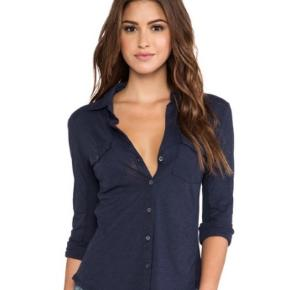 Fin navy blå skjorte som en mellemting mellem en skjorte og en bluse. Str. 3 - svarer til medium.