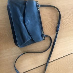 Virkelig fin taske i sort læder. Rummelig uden at være klodset og med plads til det mest nødvendige. Måler 25x18 cm 🌼