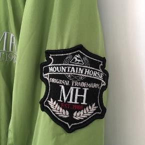 Lækker ridejakke fra Mountian Horse. Er ikke brugt meget, men har et lille ubetydeligt brandmærke på den ene arm. Str. 170