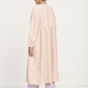 Samsøe Samsøe Jolie kjole Farve rosa flower  Smuk kjole med lange ærmer og dyb v-udskæring. Kjolen er lang i modellen og går til under knæene. Pasformen er løs, men indhakket i taljen giver en feminin og elegant silhuet. Desuden er kjolen stof prydet med den fineste struktur. Den perfekte kjole til festlige anledninger  Brugt 2 gange.  Size S